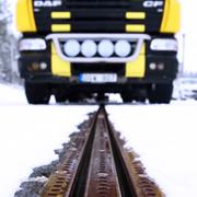 Diario Público / Un camión eléctrico en la carretera electrificada en Suecia./ EROADARLANDA